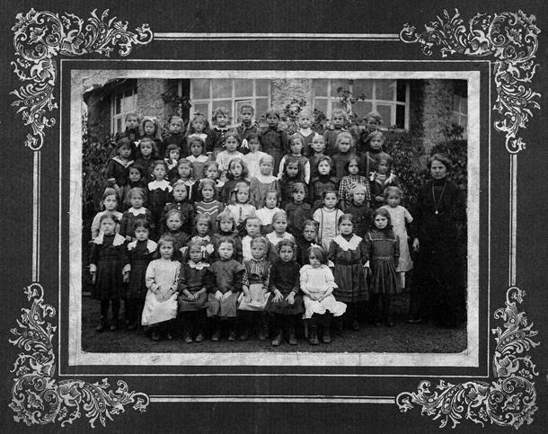Einschulungsfoto von 1914. Alle 56 abgebildeten Schülerinnen gingen damals in eine Mädchenklasse.