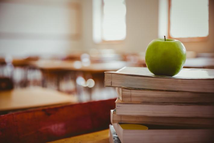 Bücher und Apfel